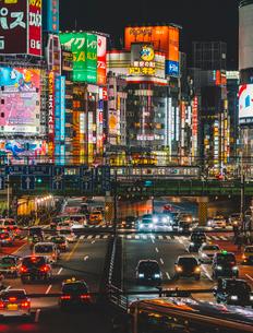新宿の喧騒 歌舞伎町と大ガードの写真素材 [FYI01826151]