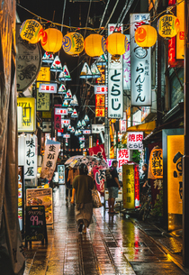 氷川神社例大祭頃の雨降る夜の中野の写真素材 [FYI01826157]