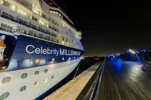 セレブリティ・ミレニアム 大桟橋へ入港の写真素材 [FYI01826181]