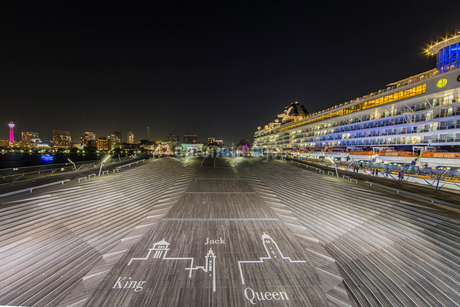 セレブリティ・ミレニアム 大桟橋へ入港の写真素材 [FYI01826207]