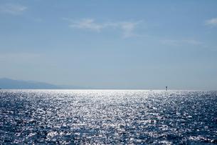 青い空と光る海の写真素材 [FYI01826301]