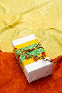 贈り物と風呂敷の写真素材 [FYI01826330]
