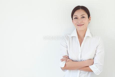 腕を組んで微笑む中年女性の写真素材 [FYI01826400]