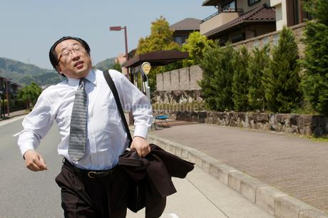 バスを追いかける肥満中年男性の写真素材 [FYI01826405]