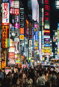 夜の歌舞伎町を歩く群衆の写真素材 [FYI01826418]