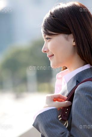 バックを肩にかけほほ笑む若いOLの写真素材 [FYI01826449]