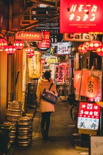 夜の吉祥寺ハモニカ横丁を歩く女性の写真素材 [FYI01826495]