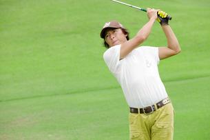 ゴルフをする中年男性の写真素材 [FYI01826514]