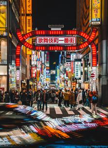 夜の新宿歌舞伎町の写真素材 [FYI01826517]