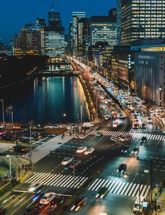 東京ミッドタウン日比谷から望む車の光で輝く日比谷通りの写真素材 [FYI01826519]