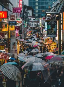 雨の原宿竹下通りを歩く傘の群れの写真素材 [FYI01826522]