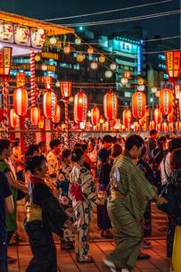 築地本願寺納涼盆踊り大会で踊る人たちの写真素材 [FYI01826564]