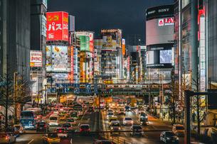 新宿の喧騒 歌舞伎町と大ガードの写真素材 [FYI01826602]