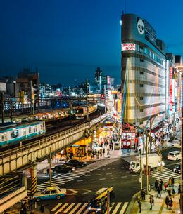 上野を走る電車と街並みの写真素材 [FYI01826603]