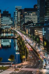 東京ミッドタウン日比谷から望む車の光で輝く日比谷通りの写真素材 [FYI01826620]