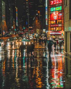 雨に濡れて反射する新宿の街並みの写真素材 [FYI01826672]