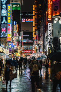 雨の新宿歌舞伎町 夜の写真素材 [FYI01826680]