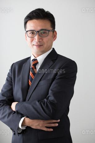 ポーズするビジネスマン40代中年男性の写真素材 [FYI01826708]