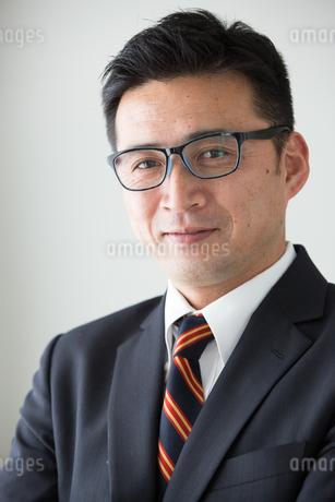 ポーズするビジネスマン40代中年男性の写真素材 [FYI01826787]
