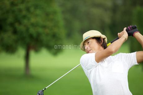 ゴルフする40代男性の写真素材 [FYI01826887]