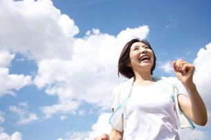 ジョギング中の60代女性の写真素材 [FYI01826910]