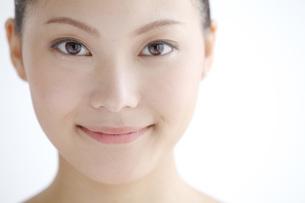 正面を見る若い女性の写真素材 [FYI01826957]