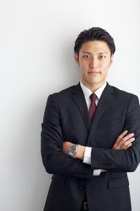 腕を組む20代ビジネスマンの写真素材 [FYI01826959]