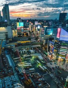 ヒカリエから望む渋谷の街並みと夕焼けの写真素材 [FYI01827018]