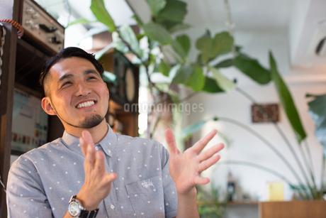 手振りをして話す30代男性の写真素材 [FYI01827073]