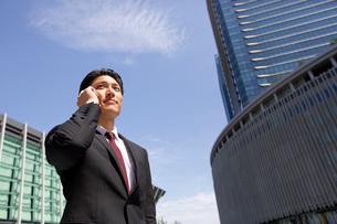 電話で話す20代ビジネスマンの写真素材 [FYI01827085]