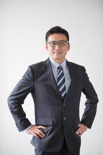 ポーズするビジネスマン40代中年男性の写真素材 [FYI01827089]