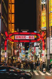 夜の新宿歌舞伎町一番街に繰り出す人たちの写真素材 [FYI01827110]