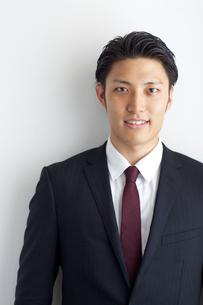 正面を見る20代ビジネスマンの写真素材 [FYI01827354]