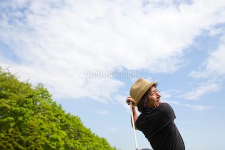 新緑とゴルファーの写真素材 [FYI01827394]