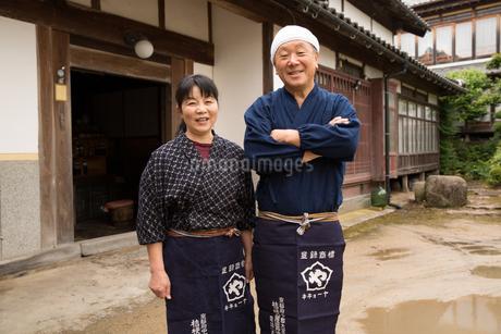 笑顔の醤油造り職人夫婦の写真素材 [FYI01827551]