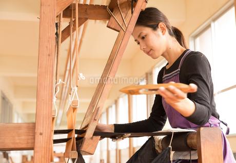 大島紬を織る女性の写真素材 [FYI01827708]
