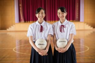 ポーズする14歳女子双子の写真素材 [FYI01827809]