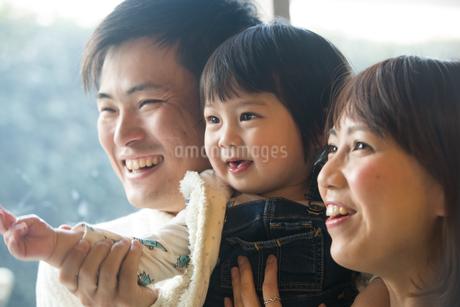 笑顔でポーズする20代夫婦と子供の写真素材 [FYI01827834]
