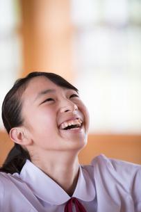 笑顔の女子中学生の写真素材 [FYI01827863]