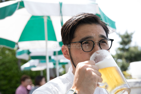 ビールを持つ30代男性クリエイターの写真素材 [FYI01827881]