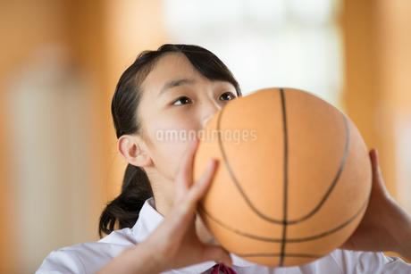 バスケットボールを持つ女子中学生の写真素材 [FYI01827989]