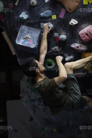 ボルダリングする30代男性の写真素材 [FYI01828001]