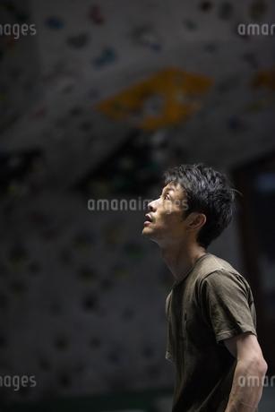ボルダリングする30代男性の写真素材 [FYI01828055]
