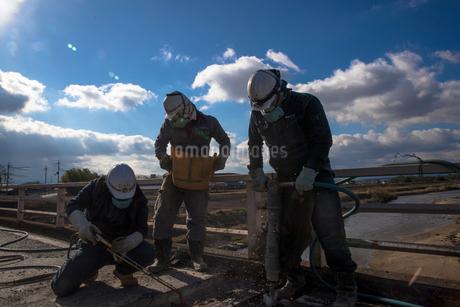 橋の工事現場で働く30代男性の写真素材 [FYI01828129]