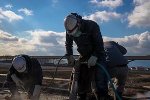 橋の工事現場で働く30代男性の写真素材 [FYI01828172]