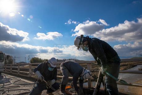 橋の工事現場で働く30代男性の写真素材 [FYI01828191]
