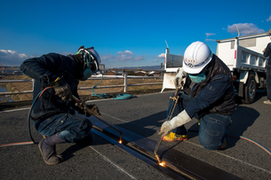 橋の工事現場で働く30代男性の写真素材 [FYI01828204]