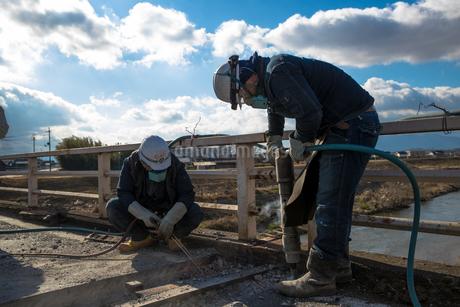 橋の工事現場で働く30代男性の写真素材 [FYI01828221]