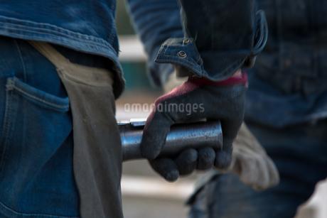 橋の工事現場で働く30代男性の写真素材 [FYI01828226]