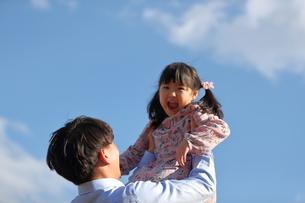 子供を高く抱き上げる父親の写真素材 [FYI01828237]